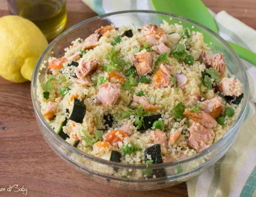 Insalata di cous cous, salmone e verdure