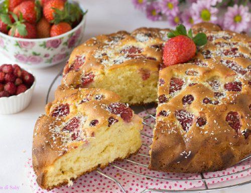 Torta morbida con fragole e fragoline