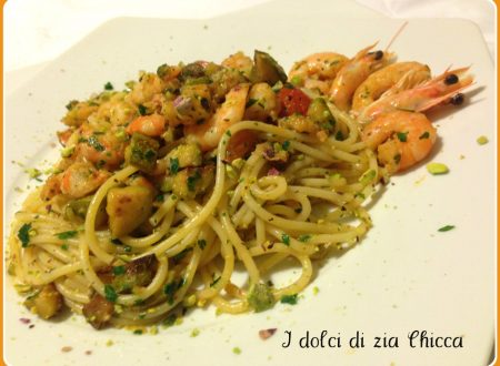 Spaghetti con gamberi, zucchine e pistacchi