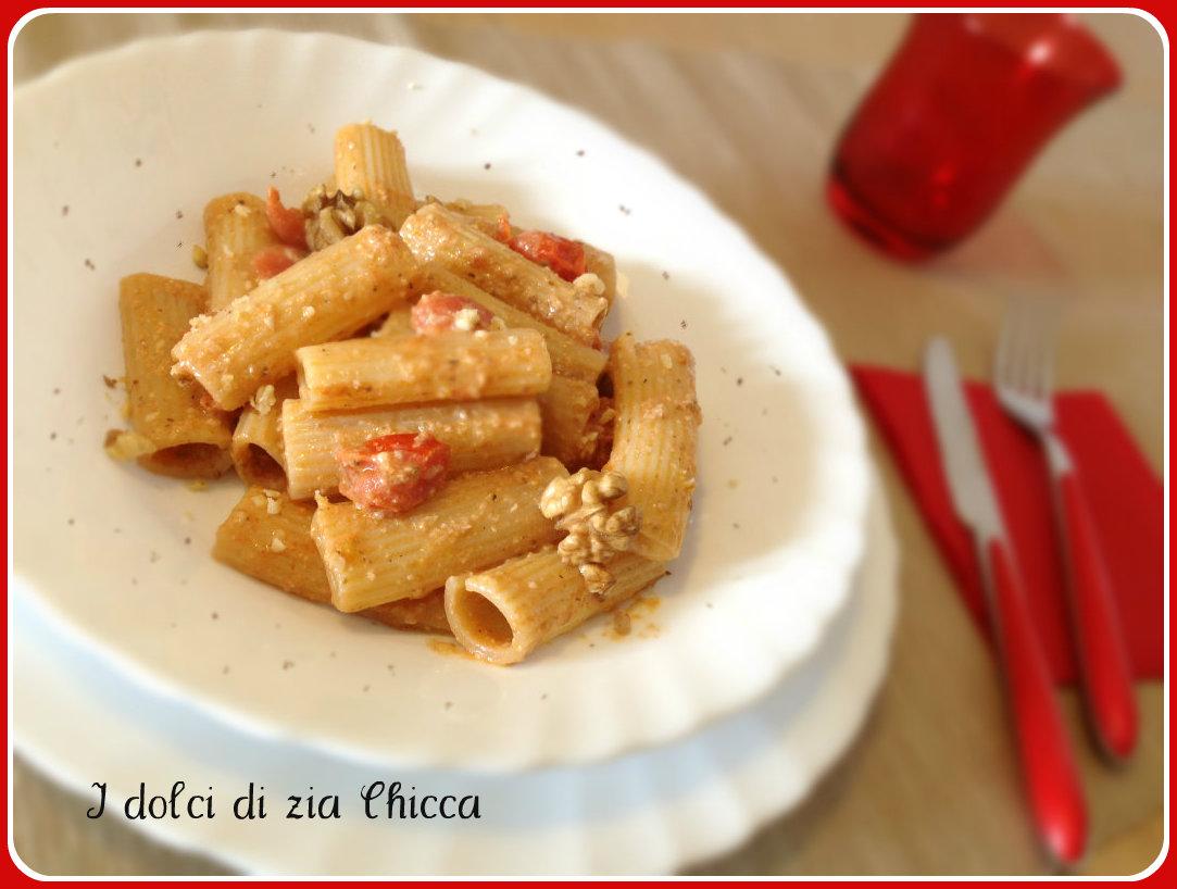 Pasta con salsa di noci e pomodorini freschi