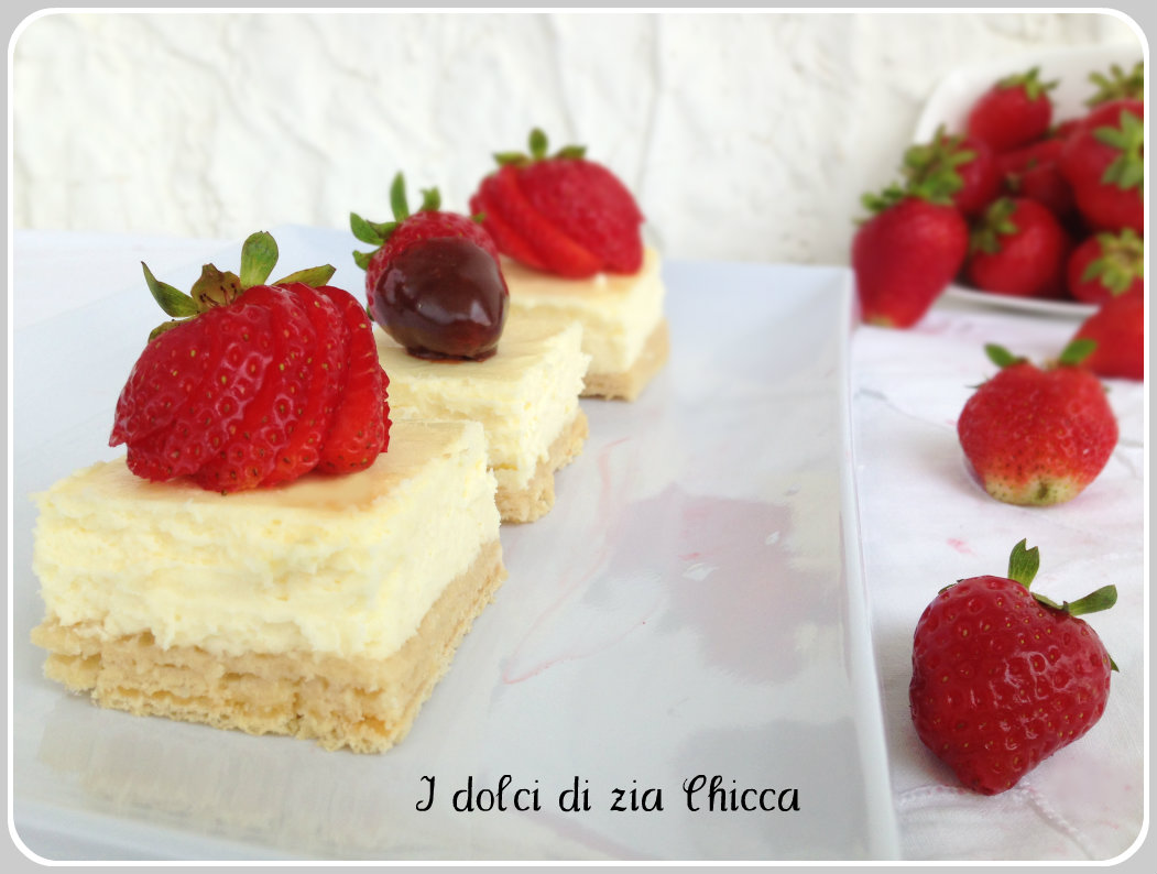 Mini cheesecake ai wafer con fragole e cioccolato