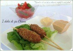 Spiedini di carne e salsiccia saporiti con salse