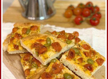 Focaccia con pomodorini con lievito istantaneo, facile e veloce.