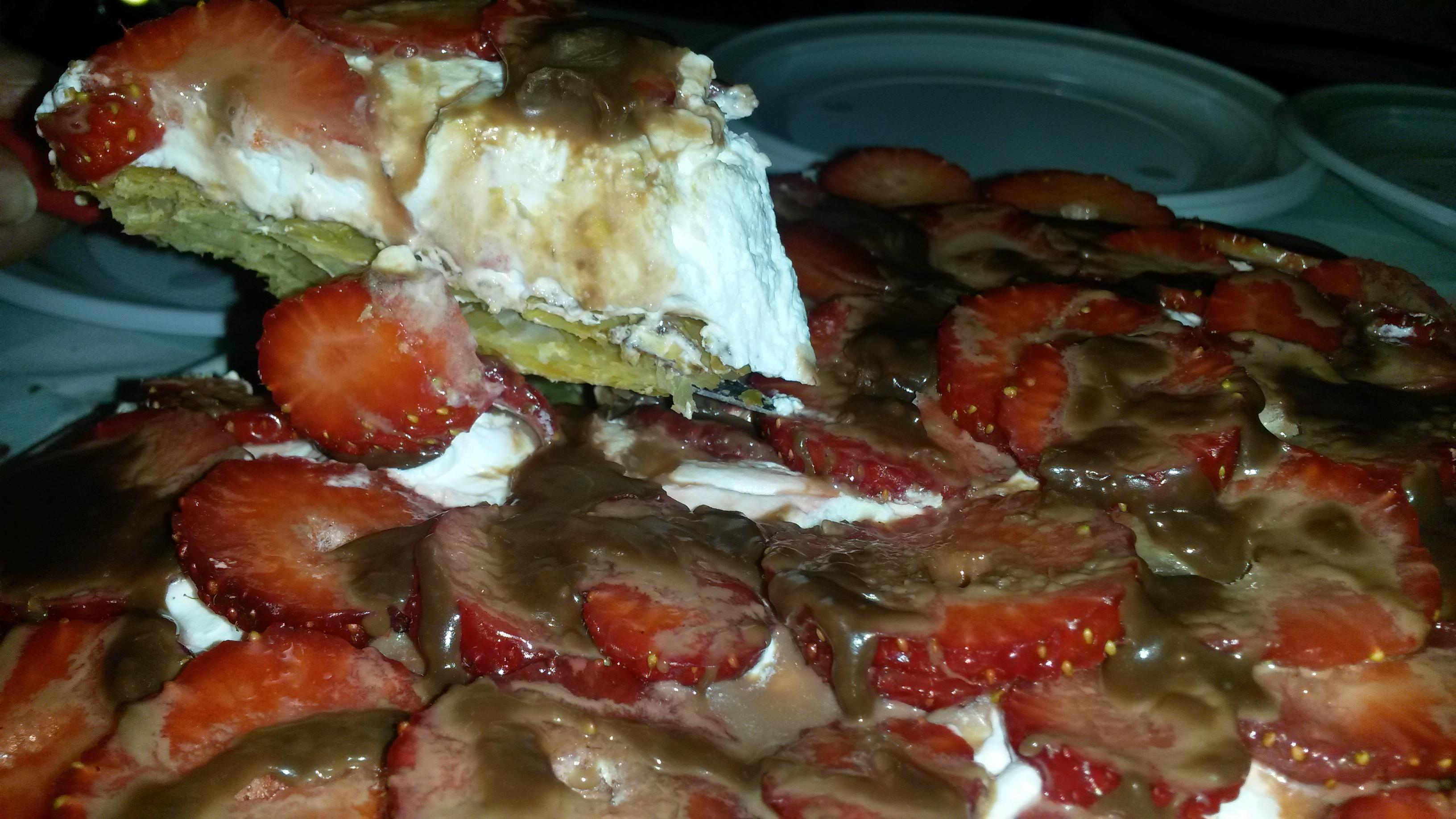 Torta di pasta sfoglia, panna e fragole