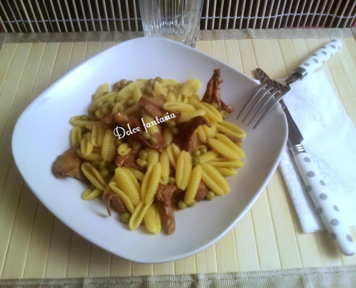 Pasta risottata ai gallinacci zafferano e piselli