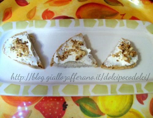 Crostini di pane con le noci farcito con philadelphia e granella di nocciole (tempo:5 minuti)