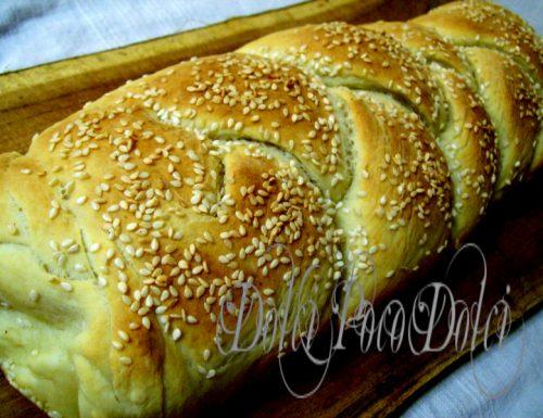 Treccia di pane soffice al sesamo