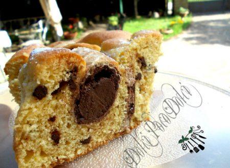 Torta soffice da colazione con coni al cioccolato nell'impasto
