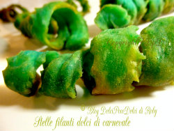 Impasto chiacchiere frappe dolci di carnevale .