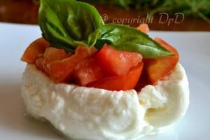 Mozzarella pomodoro basilico ricetta secondo piatto estivo