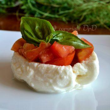 Mozzarella-pomodoro-basilico-ricetta-secondo-piatto-estivo