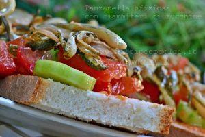 Panzanella sfiziosa con fiammiferi di zucchine