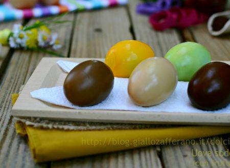 Uova sode colorate con frutta e verdura