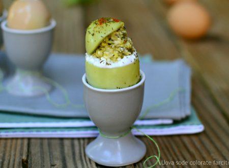 Uova sode colorate farcite alla crema di zucchine e maionese