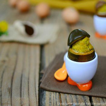 Uova sode colorate farcite con crema di melanzane