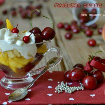 Macedonia ciliegie e pesche con mousse di ricotta e yogurt