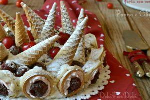 Torta con coni gelato panna e ciliegie