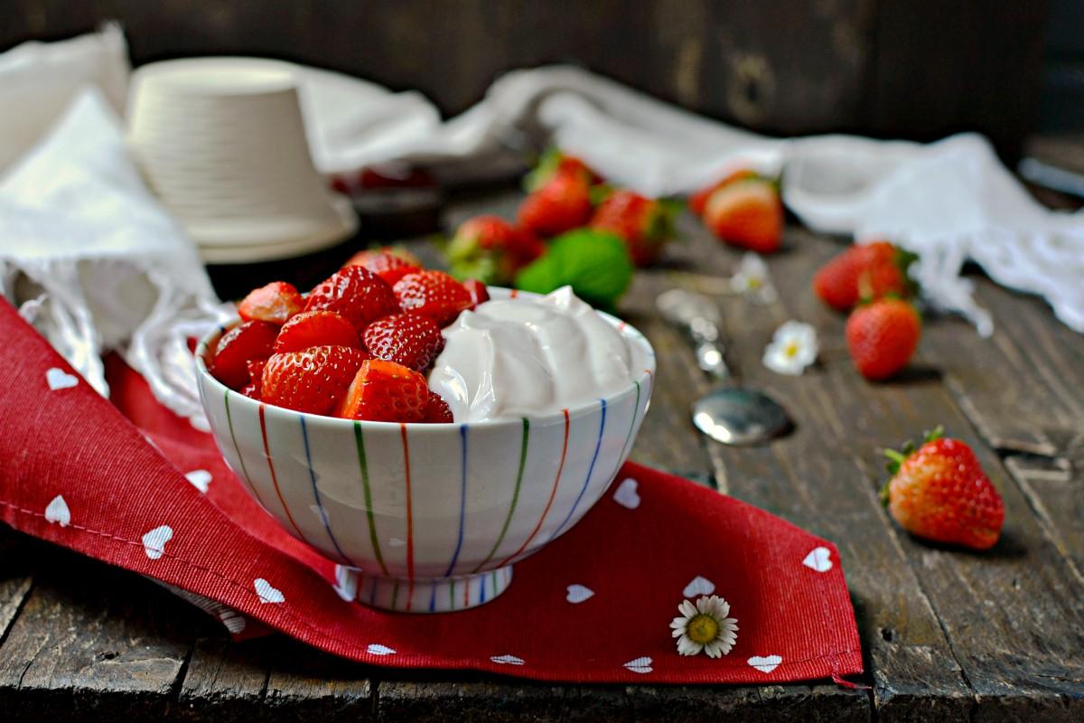 Fragole con mousse di ricotta e yogurt senza zucchero