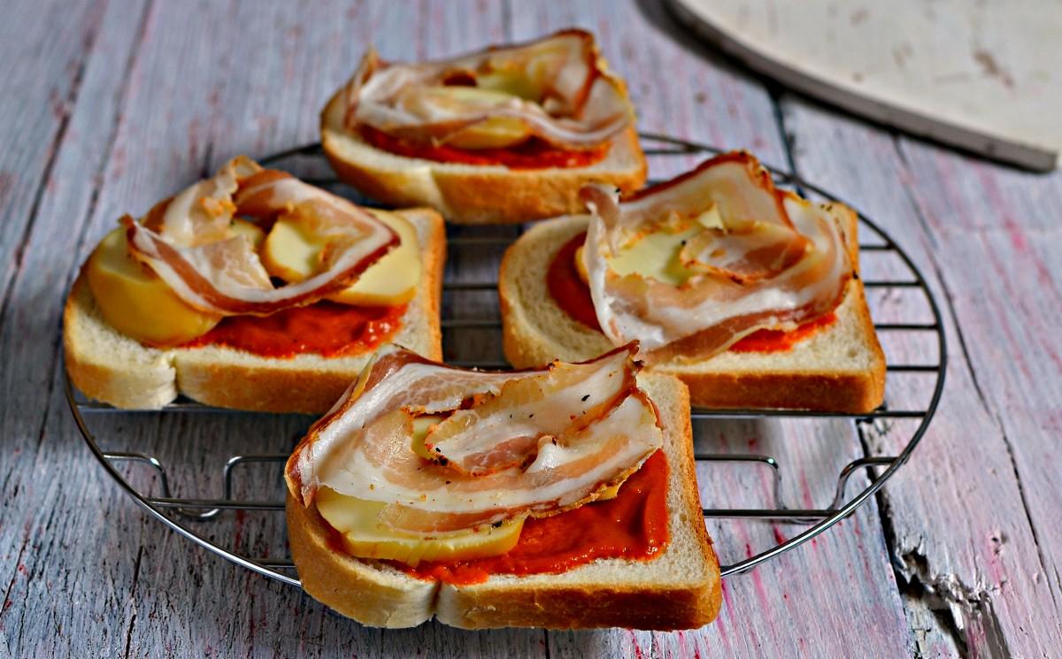 Panini di pan carrè al pomodoro e pancetta