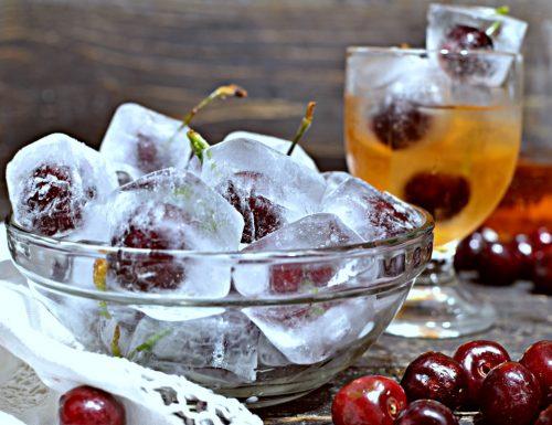 Ciliegie conservate in cubetti di ghiaccio per aperitivo