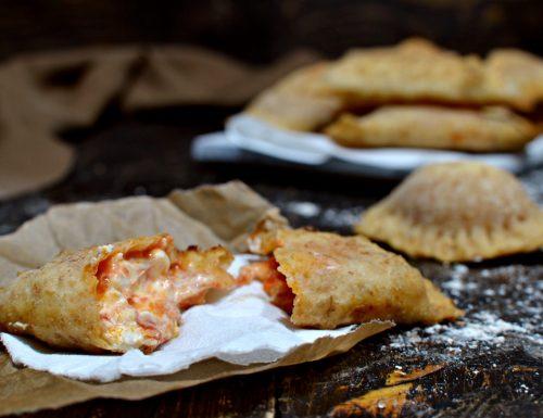 Panzerotti veloci con lievito istantaneo ripieni pomodoro mozzarella e formaggio cremoso