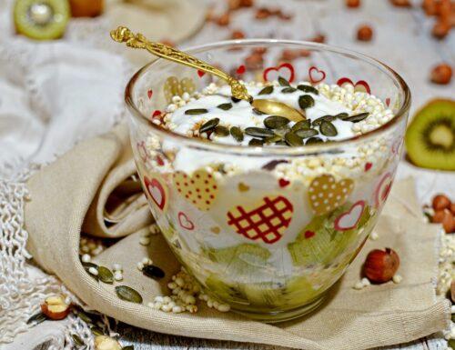 Colazione senza glutine con yogurt kiwi semi nocciole e miglio