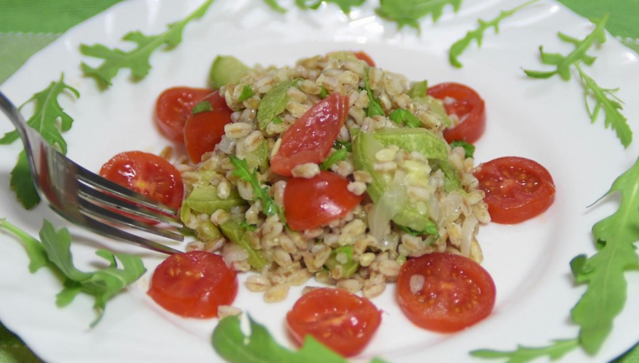 farro vegetariano con rucola, zucchine e pomodorini