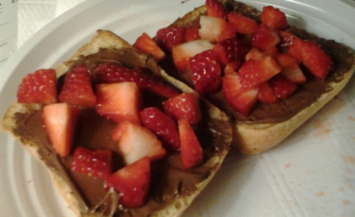 Pane/panino/pane in cassetta/pane bianco caldo, Nutella e fragole fresche