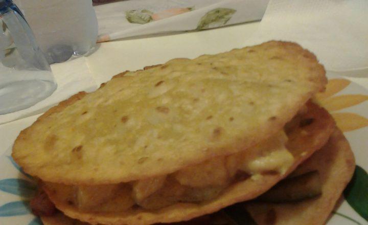 Tortillas di mais fritte, verdure all'orientale e pollo al curry