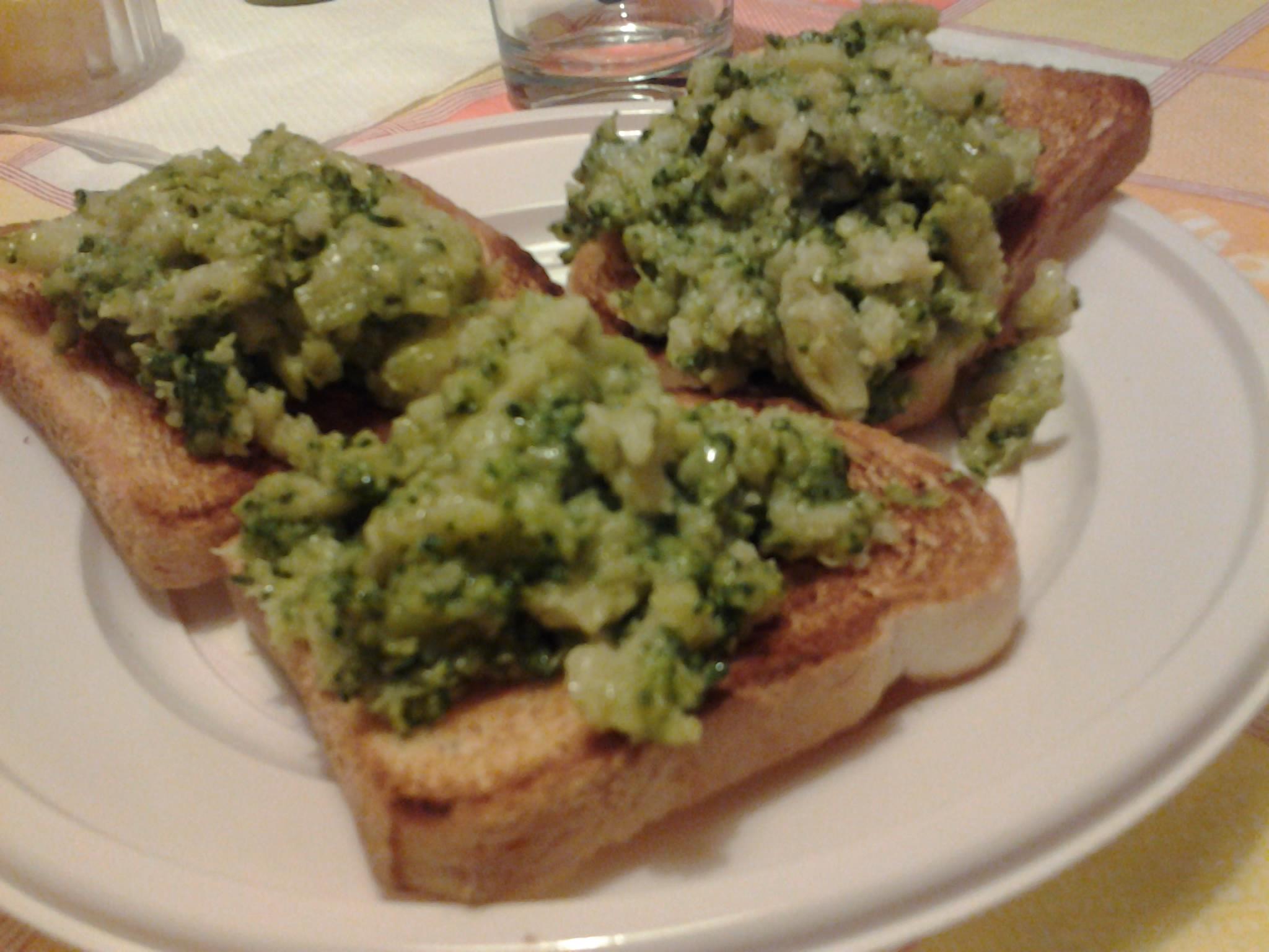 Pane bianco tostato farcito di broccoli lessi, olio evo e succo di limone