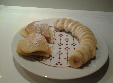 Pancakes a forma di cuore, cioccolato al latte e banana fresca
