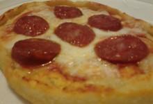 """Pizza home-made con pomodoro, mozzarella e salsiccia secca speziata (dolce)/piccante """"Madeo"""""""