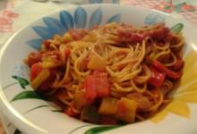 Spaghetti integrali al sugo di pomodoro e verdure all'orientale