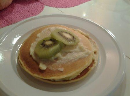 Tortina di pancakes ripiena con crema pasticcera home-made e kiwi fresco