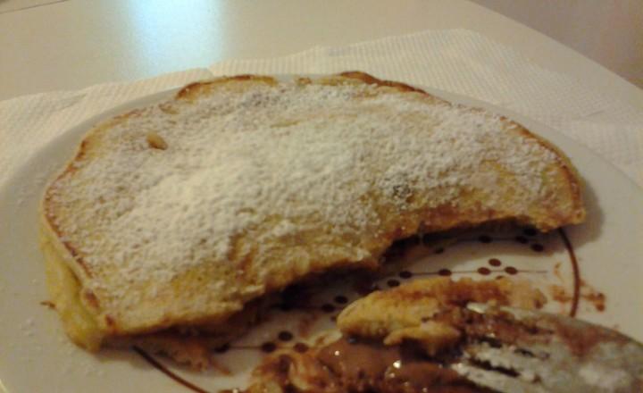 Pancakes alla banana farciti di cioccolato al latte