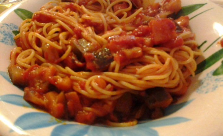 Spaghetti (integrali) con sugo di pomodoro alla melanzana