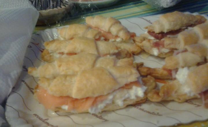 Croissants di pasta sfoglia salati con due ripieni differenti (formaggio Robiola e salmone affumicato o formaggio Robiola e prosciutto crudo)