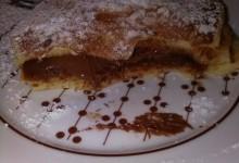 Pancakes allo yogurt di cocco farciti con cioccolato al latte ripieno di crema alla nocciola