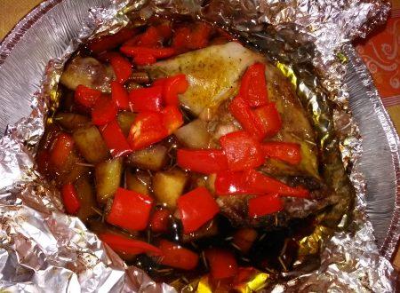 Coscia di pollo, peperoni e patate con salsa di soia e curry al cartoccio