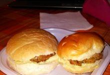 Panini imbottiti, farciti con hamburger di quinoa e zucchine e maionese home-made