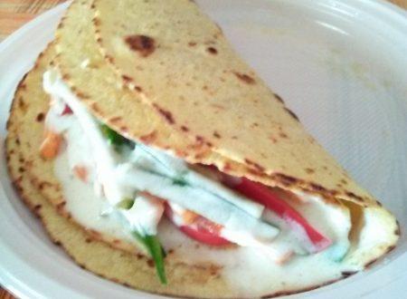 Tacos ripieni di zucchine, peperoni rossi, carote crude e panna acida home-made