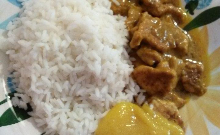 Riso, pollo al curry e salsa di mango home-made