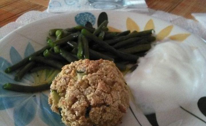 Polpette (al forno o, se volete, fritte) di farro perlato e zucchine con panna acida e fagiolini bolliti home-made