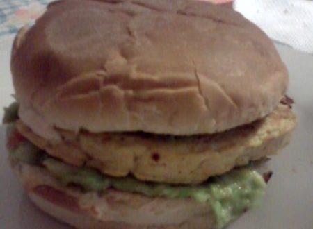 Panino imbottito con Guacamole ed hamburger di pollo home-made