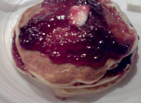 Pancakes home-made di farro con confettura ai frutti di bosco e burro