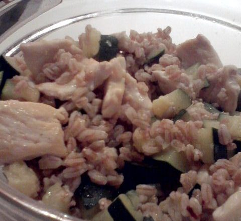Insalata di farro perlato, zucchine e pollo grigliato home-made