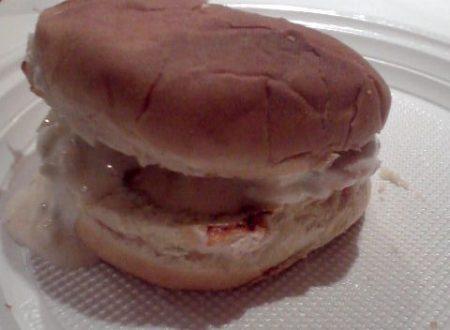 Panino imbottito con salsa di yogurt e zucchine crude e petto di pollo grigliato home-made