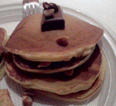 Pancakes allo yogurt farciti di cioccolato al latte e nocciole fresche tostate home-made