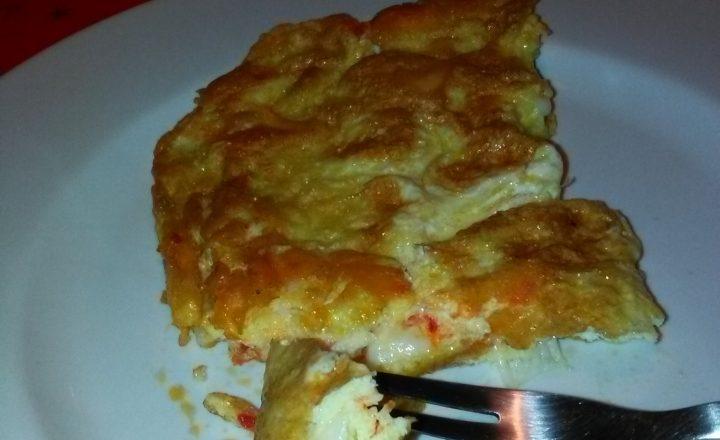 Frittata con crema al peperoncino piccante e provolone dolce home-made