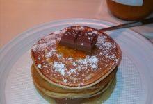 Pancakes allo yogurt di cocco con cioccolato al latte e marmellata di arance home-made
